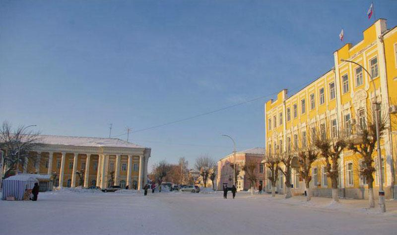 Площадь Х-летия Октября – справа здание администрации города и района