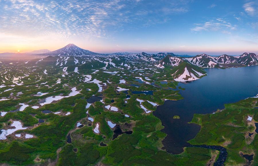 Вулкан Креницына, Онекотан. Озеро Камбальное в лучах уходящего солнца