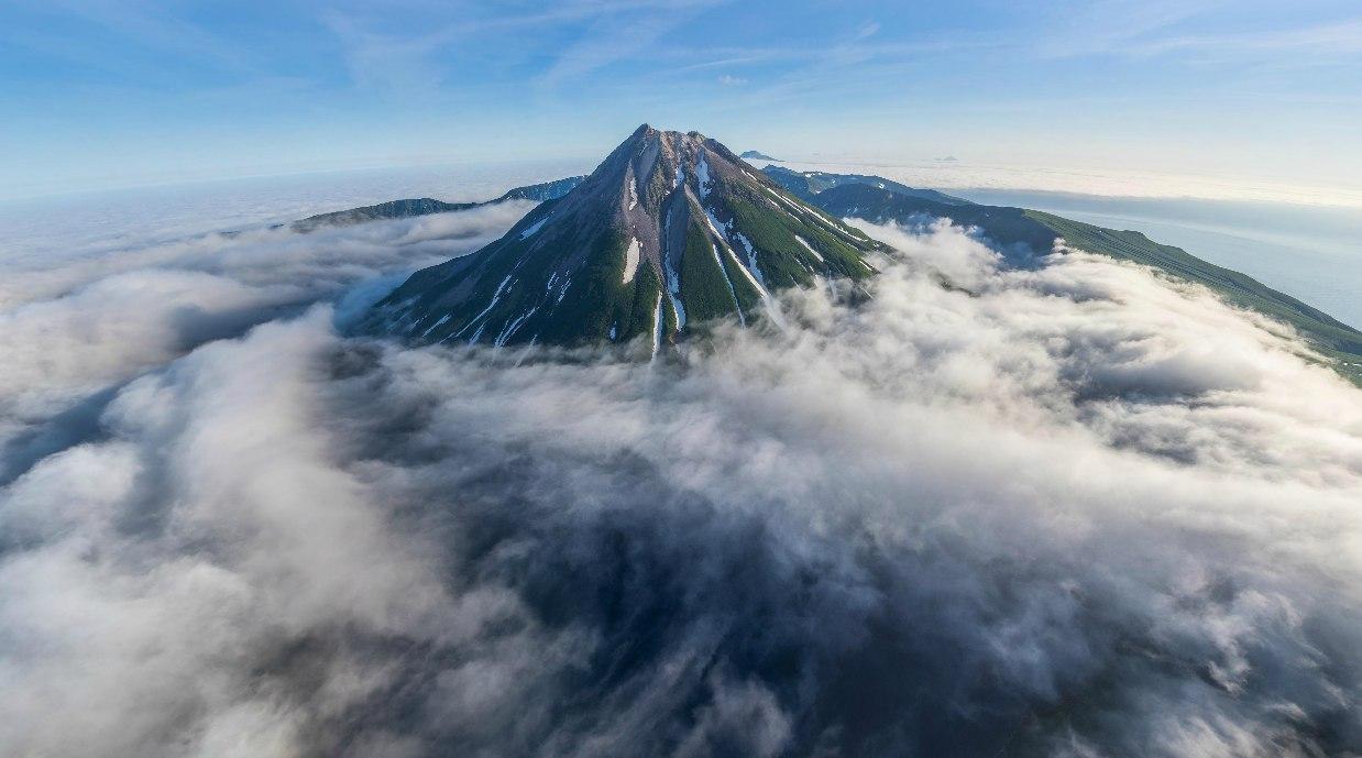 Вулкан Креницына в тумане.