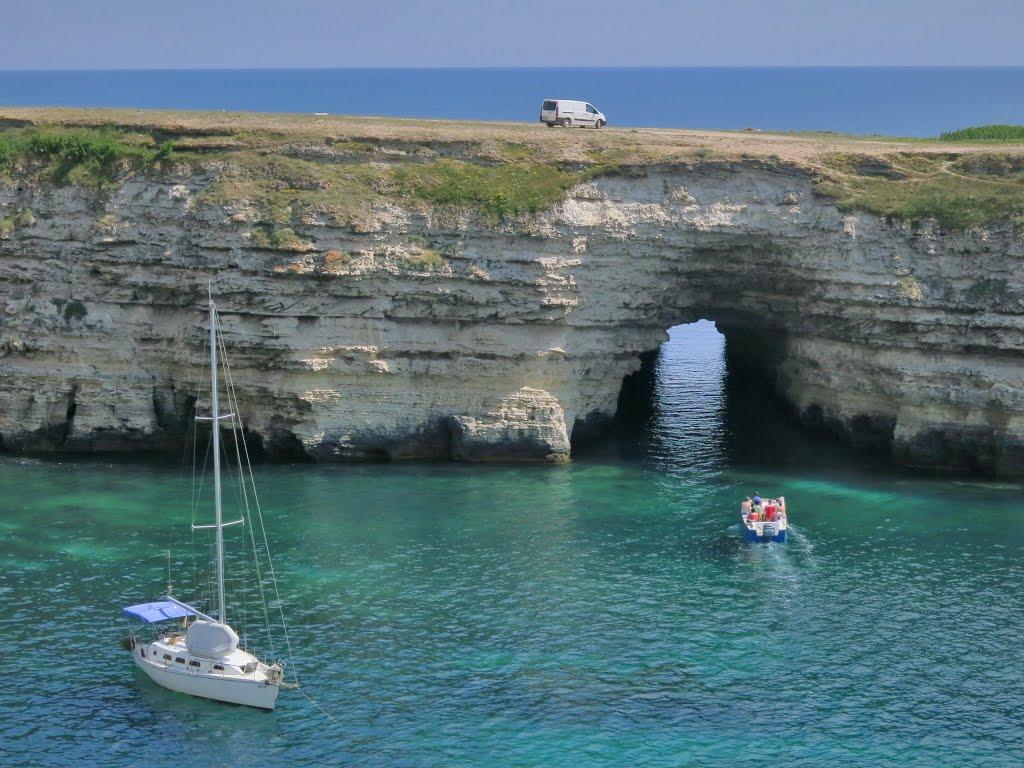 Малый Атлеш — 98-метровый тоннель пробитый волнами в толще мыса